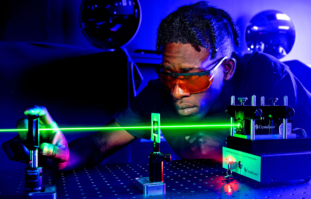 An IRSC student measures the power of a green polarized light